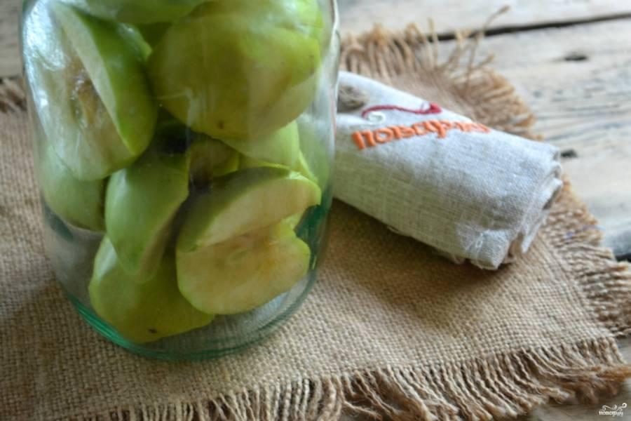 Сложите куски яблок в банку как можно плотнее.