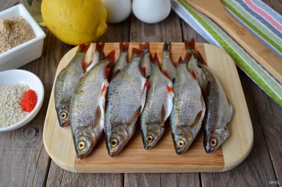 Рыбу очистите от чешуи, вспорите брюшки и удалите кишки. Тщательно вымойте каждую рыбку внутри и снаружи.