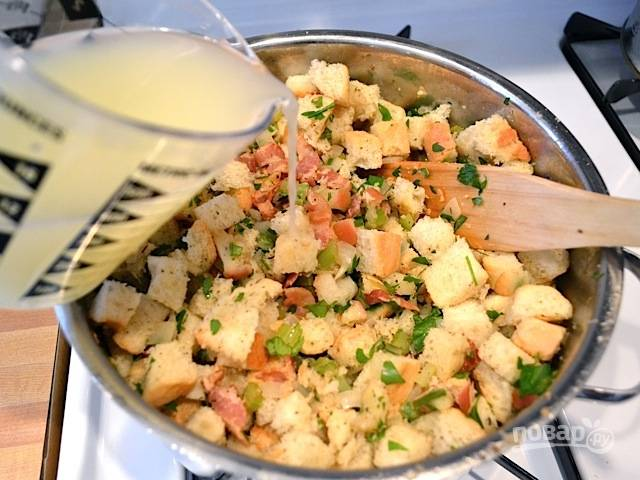 8.Разведите 1 куриный кубик в 1 стакане очень горячей воды. Влейте получившийся бульон в сковороду с овощами.