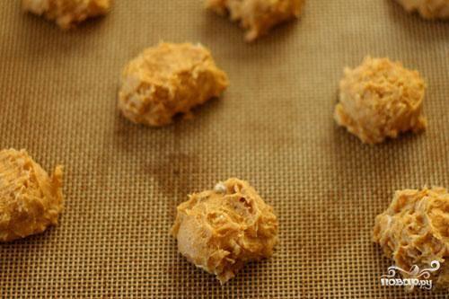 3. Используйте на каждое печенье около 1 чайной ложки теста с горкой. Поместить противень в духовку и выпекать печенье в течение 12-15 минут, пока оно не подрумянится по краям.