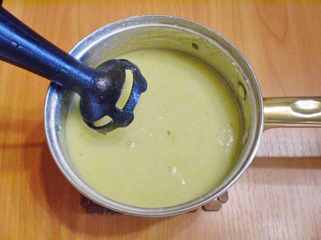 8. Для деток младшего возраста лучше суп пюрировать блендером.