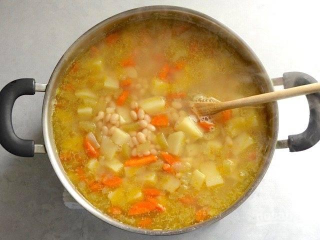 7. Варите суп до готовности фасоли и картофеля.