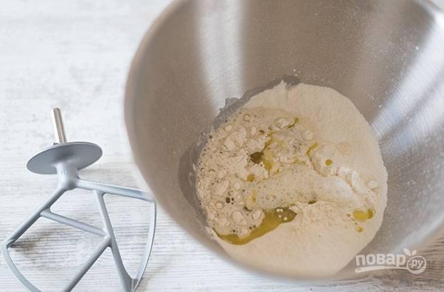 2.Замесите тесто вручную или в чаше миксера: сначала просейте муку, добавьте дрожжи и сахар, затем воду, немного перемешайте и, наконец, добавьте масло и соль. Готовое тесто должно легко отставать от рук.