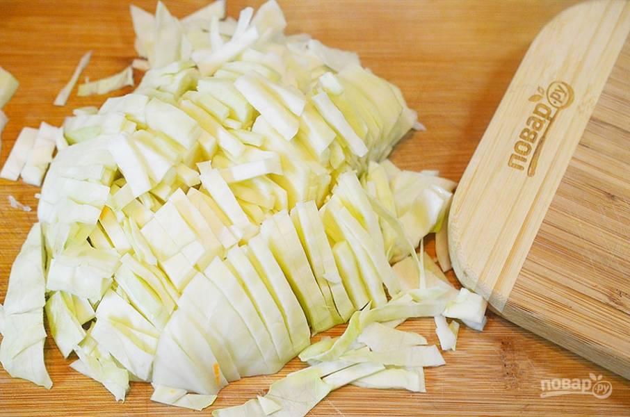 4. Нашинкуйте капусту — и тоже в суп.