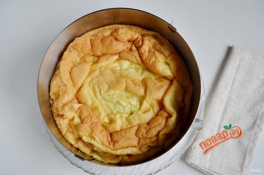 Сверху положите второй корж, руками немного придавите, чтобы он плотно сел. Отправьте торт в холодильник на 3-4 часа, а лучше на ночь.