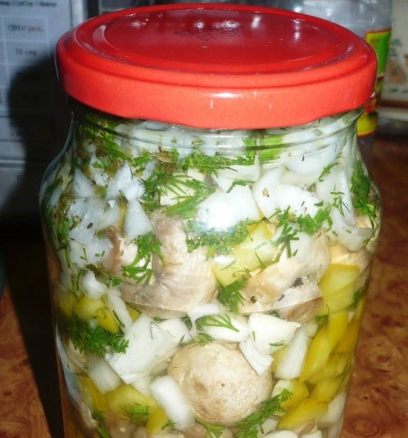 3. для маринада кипятим литр воды с солью, лавровым листом, сахаром, перцем, майораном. Кипятим 2-3 минуты, затем смешаем с уксусом и маслом. Заливаем маринадом банку с ингредиентами, закрываем крышкой.