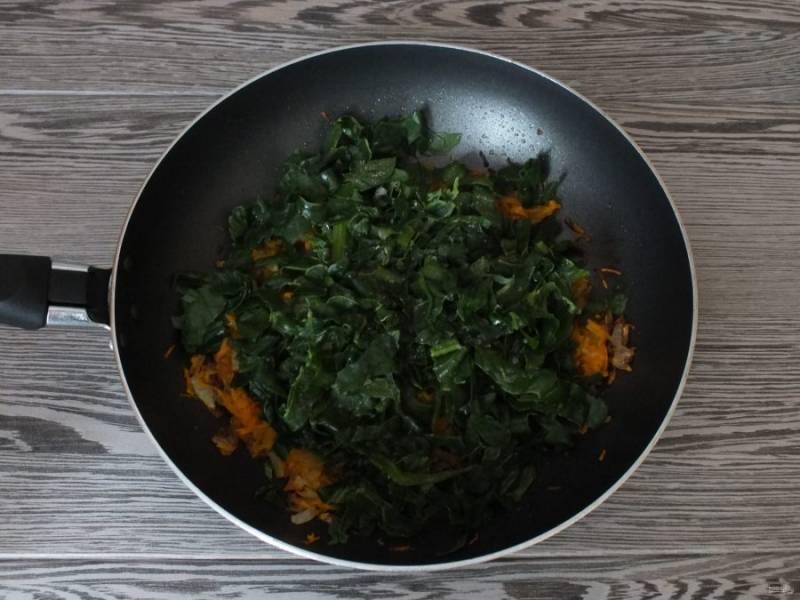 За пару минут до окончания обжаривания, добавьте шпинат. Перемешайте, дождитесь окончания процесса обжаривания. Посолите, добавьте перец, накройте крышкой и оставьте в таком виде на 10 минут. После крышку снимите.
