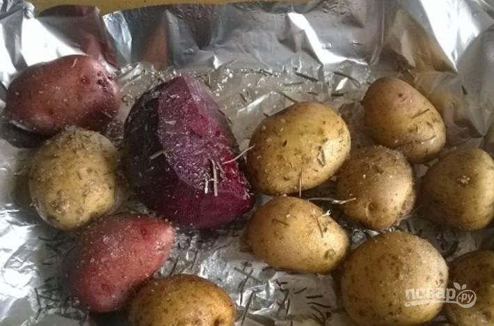 Тщательно промойте свеклу и картофель, морковь. Кладем овощи на лист фольги, присыпаем розмарином и тимьяном, сбрызгиваем маслом.