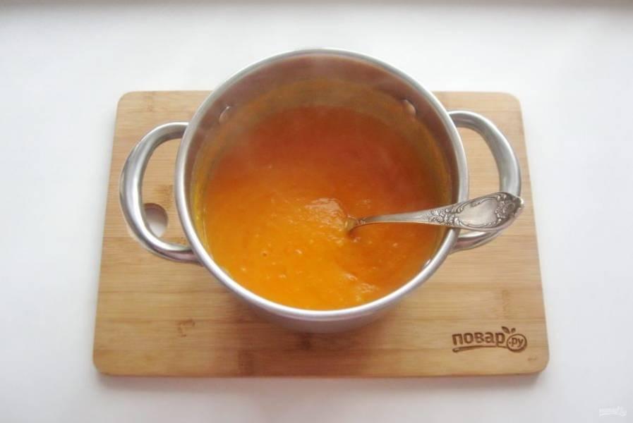Перемешайте суп со сметаной.