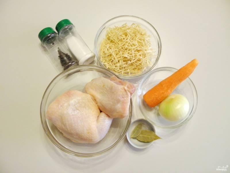 Переходим к варке супа. Вымойте тщательно мясо, очистите овощи, приготовьте специи для бульона.