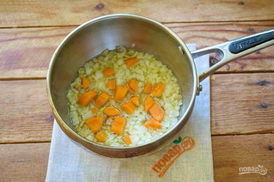 В сотейнике на растительном масле обжарьте мелко нарезанный репчатый лук. Добавьте нарезанную морковь.