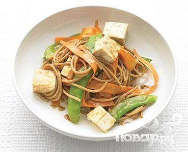 Спагетти с овощами и арахисовым маслом