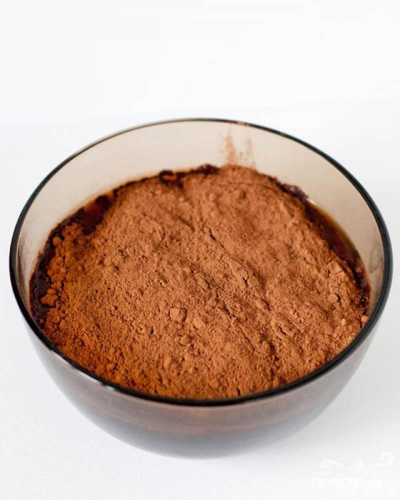 1. В средней миске перемешать какао порошок в горячем кофе, пока не растворится. Дать остыть до комнатной температуры или поставить в холодильник примерно на 30 минут.