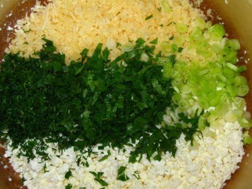 2. Творог необходимо протереть через сито и отправить в отдельную мисочку. Сыр натереть на мелкой или средней терке и добавить к творогу (при желании, можно сыр и не класть). Свежую зелень вымыть, просушить и измельчить. Чеснок очистить и выдавить через пресс или натереть на терке. Зелень и чеснок отправить к творогу с сыром. Тщательно все перемешать.