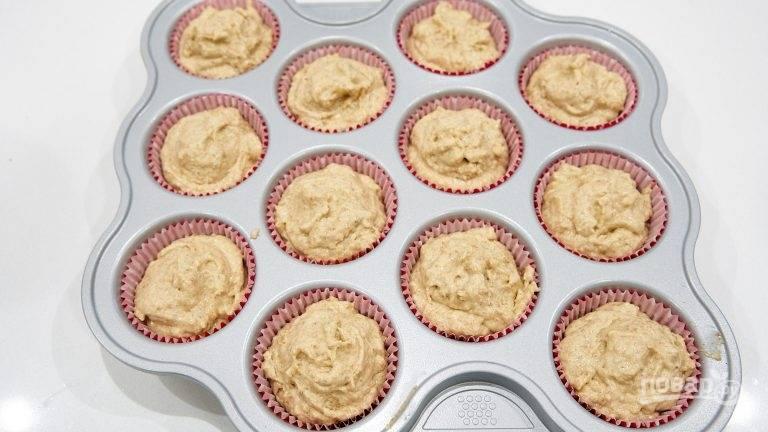 5.Разогрейте духовку до 190 градусов. Выложите тесто в формочки для маффинов, этого количества хватит на 12 кексов. Поставьте емкость с кексами в духовку и выпекайте в течение 20-25 минут, до золотисто-коричневой корочки.
