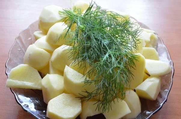 Далее мы чистим и нарезаем на довольно крупные кусочки картофель.