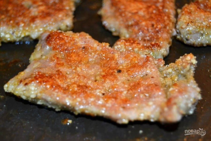 6.Обжарьте мясо с двух сторон до золотистой корочки на среднем огне.
