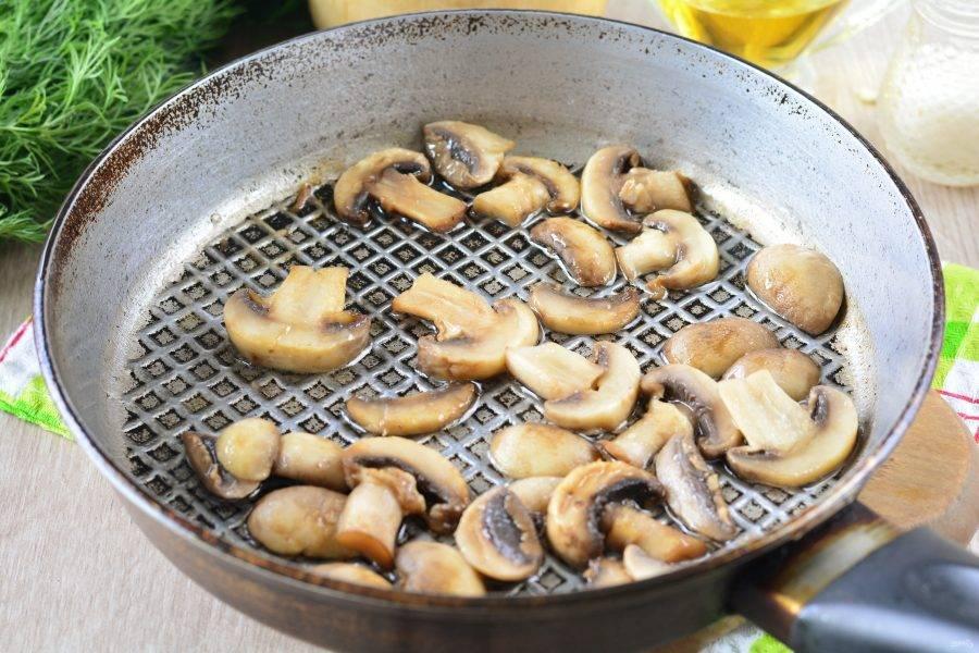 Обжарьте грибы в сковороде с растительным маслом 4-5 минут, добавьте специи по вкусу. Жареные грибы остудите.