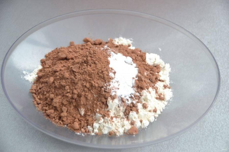 Добавьте к муке какао-порошок и разрыхлитель, перемешайте.