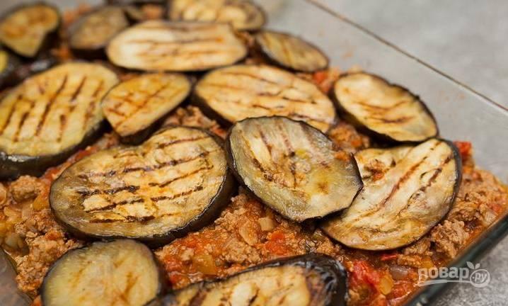 3. Теперь выкладываем поочередно слой картошки и слой начинки, слой баклажанов и опять слой начинки (и так далее).
