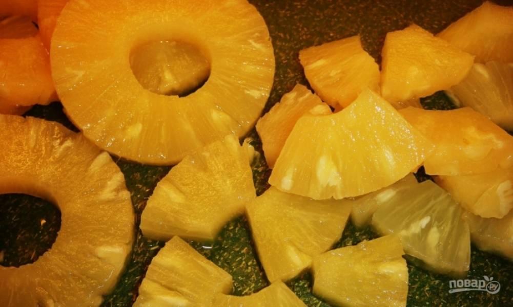 Сок из банки ананасов слейте в подходящий графин или банку. Сами ананасы разрежьте на 6-8 частей.