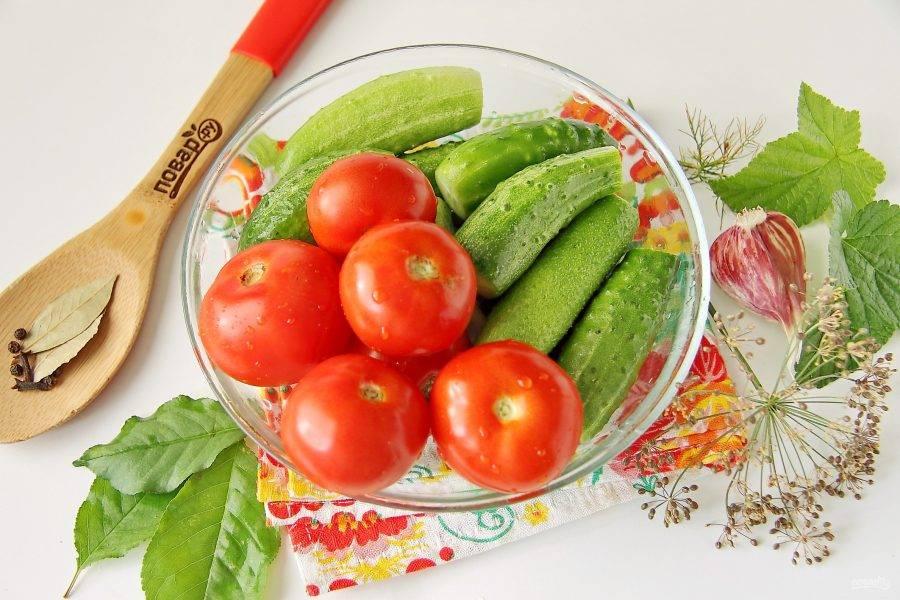 Овощи тщательно промойте. У огурцов отрежьте кончики с двух сторон, у помидор удалите хвостики.