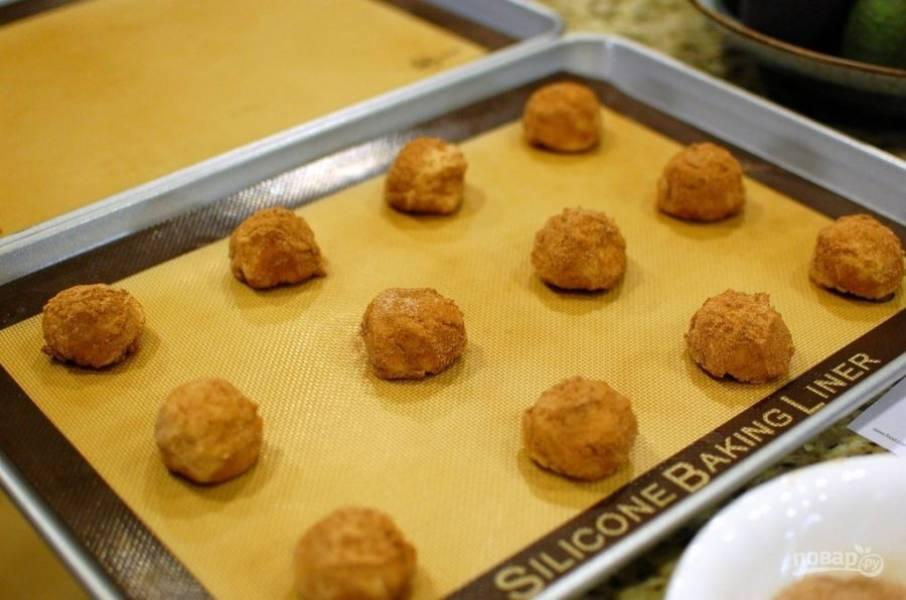 6.Печенье выложите на противень, выпекайте в разогретой до 180 градусов духовке 10 минут.