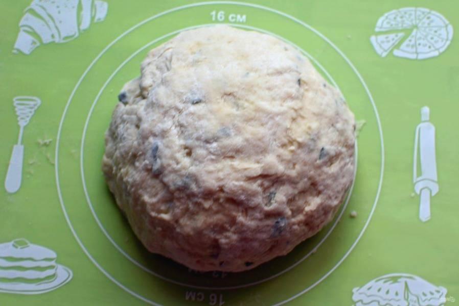 Скатайте тесто в шар и накройте миской, пусть полежит минут 15.