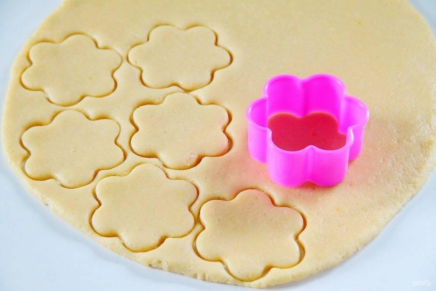 6. Затем раскатайте тесто в пласт, толщиной не меньше 5 мм и вырубите при помощи формочки печенье.
