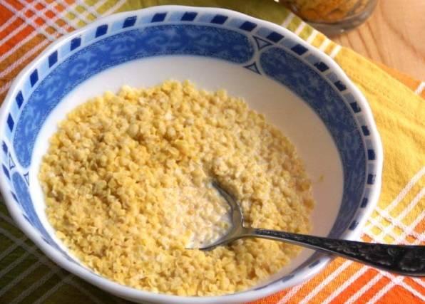 5. На молоке сварите пшенную кашу со щепоткой соли и сахара. Еще один вариант, как сделать чукур, - это использовать хлопья быстрого приготовления.