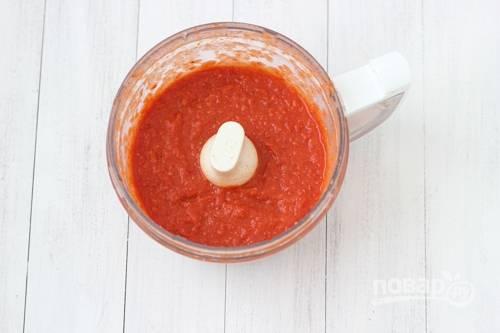 4. Отправьте запеченные помидоры в чашу блендера, измельчите их в пюре.
