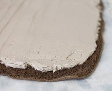 Разложите на столе пищевую пленку. Выложите слой шоколада, раскатайте его примерно в 1 см высотой, сверху выложите творожный слой.