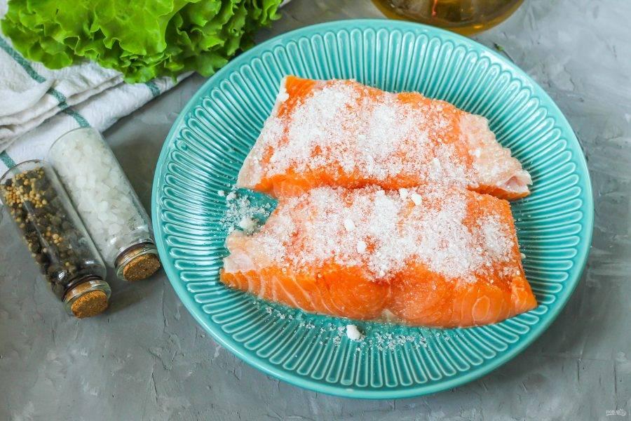 Присыпьте мякоть со всех сторон солью и сахарным песком. Помните, что емкость должна быть с бортиками, так как в процессе засолки рыбная мякоть выделит жидкость.