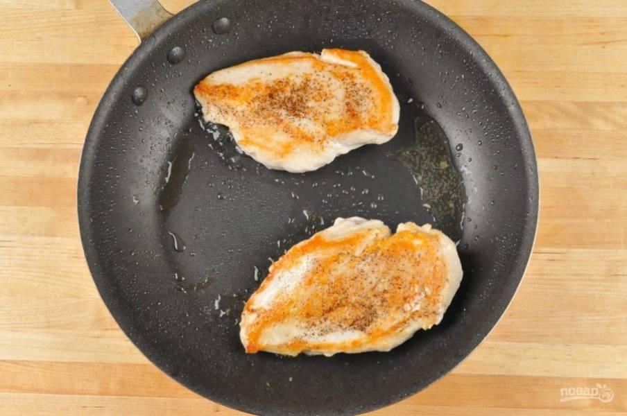 3. Потом обжарьте куриную грудку в разогретом масле на сковороде по 5 минут с каждой стороны.