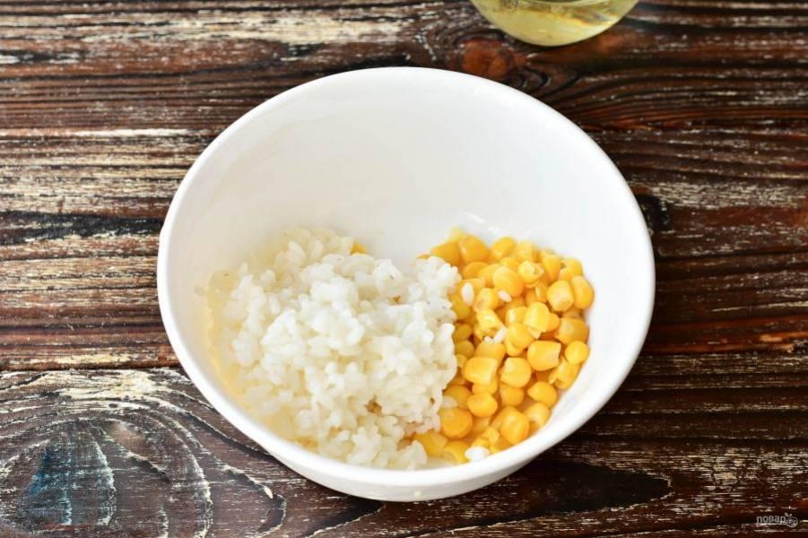В глубокую миску выложите кукурузу и вареный рис.