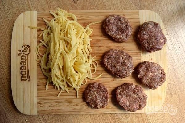 Картофель натрите на терке для корейской морковки или нарежьте мелкой соломкой. Из фарша сформируйте котлеты небольшого размера.