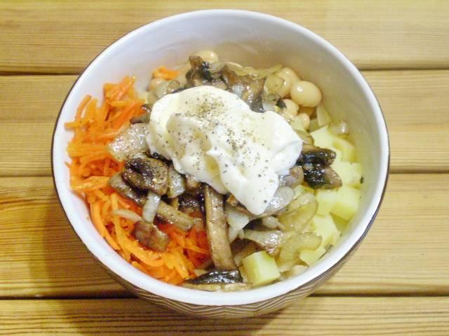 Добавьте грибы с луком, майонез, специи по вкусу.