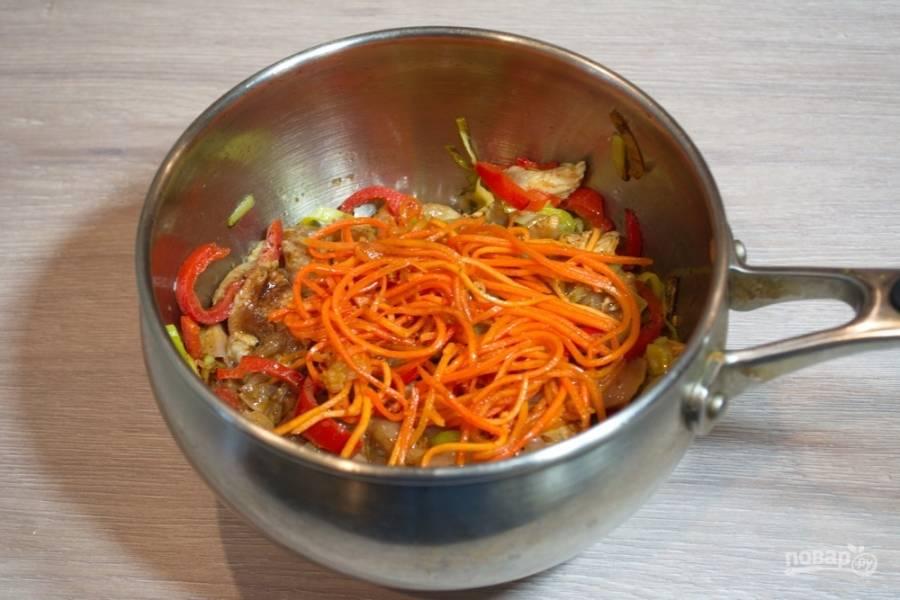 Морковь нарежьте произвольно (я придерживаюсь нарезки соломкой) и добавьте к остальным продуктам. Обжарьте все вместе.