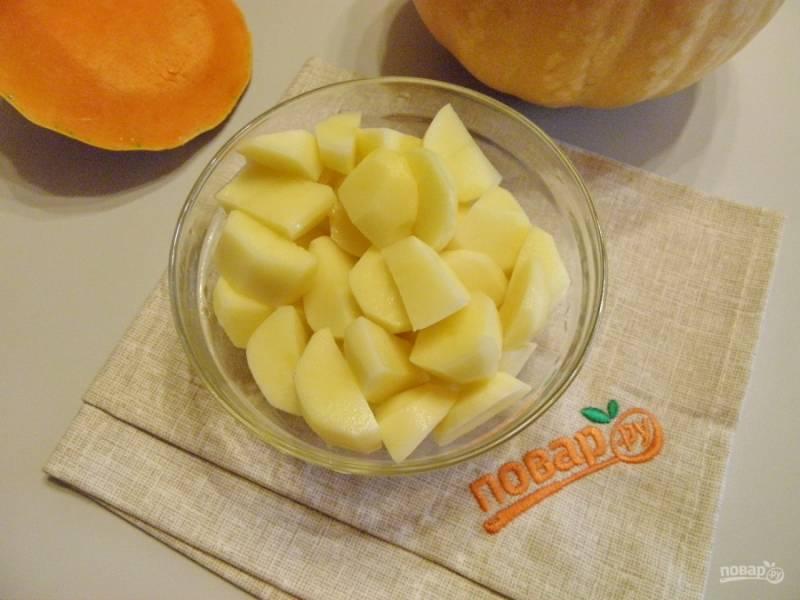 Очистите картофель, порежьте небольшими кусочками и отварите в соленой воде до полуготовности. Слейте воду.