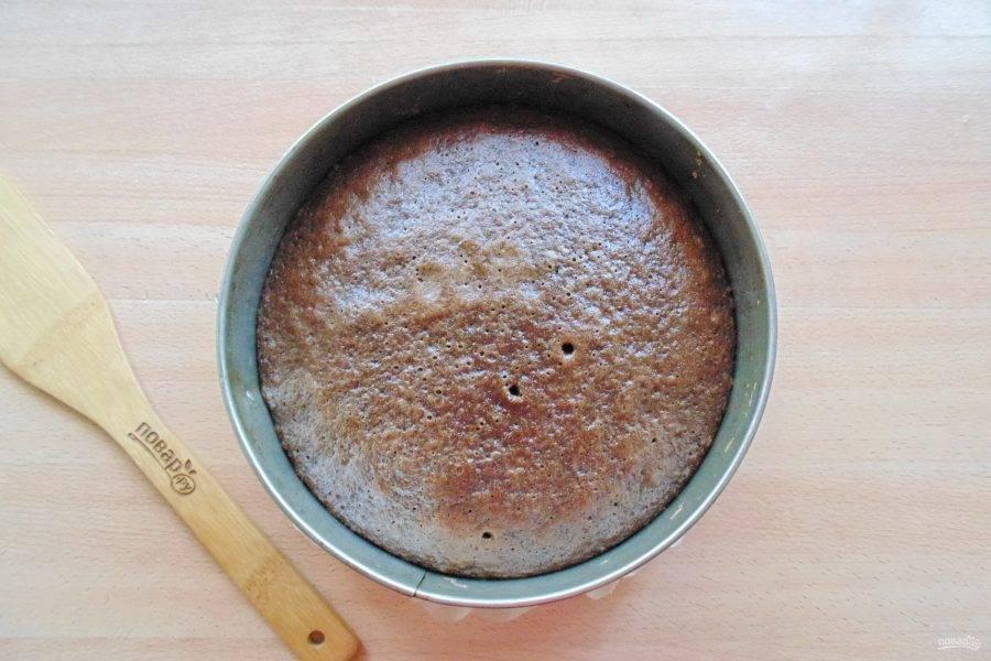 Выпекайте корж в духовке разогретой до 175-180 градусов 40-45 минут. Готовность проверяйте сухой палочкой, которая при накалывании коржа в середине должна выходить сухой.