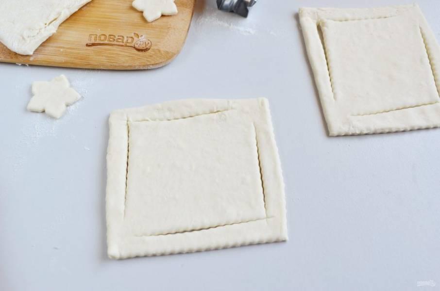 5. Второй способ. Порежьте тесто на квадраты. С помощью ножа для пиццы разрежьте тесто, как на фото:  2 угла — разрезаем до конца, а противоположные 2 — не дорезаем до конца.