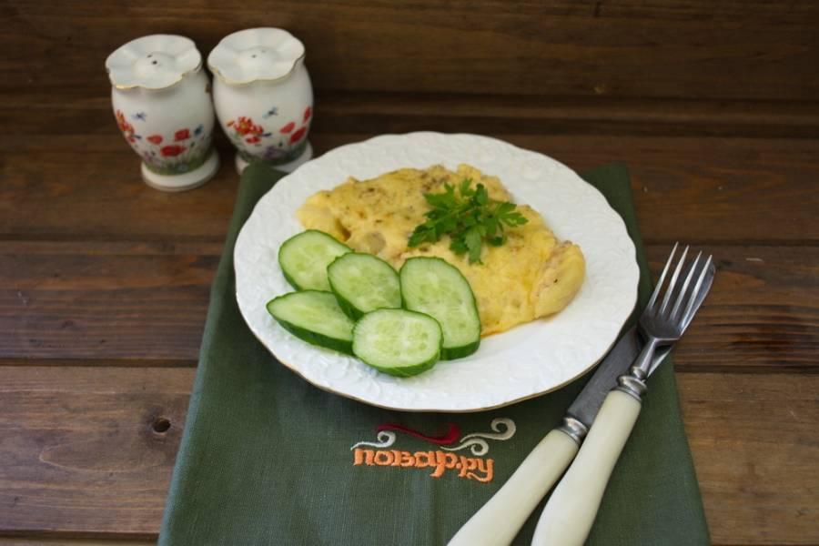 Запеканка будет в духовке от 10 до 15 минут. Время запекания зависит от ваших желаний. Сыр расплавится и можно подавать. Подайте запеканку с овощным салатом или просто с огурчиком.