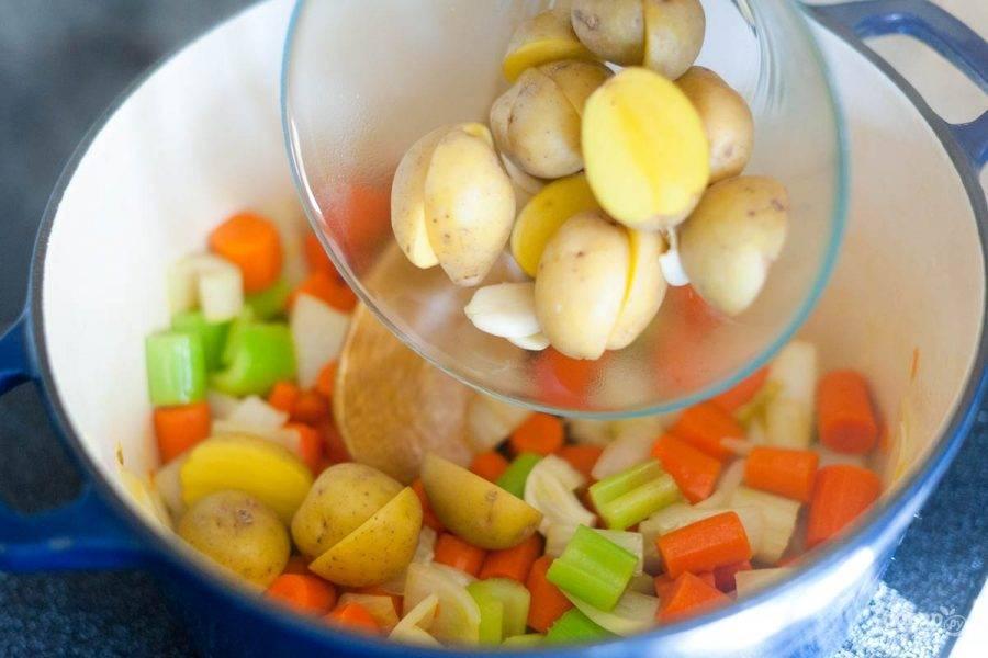 Сперва порежем лук, морковь, сельдерей и картофель некрупными кусочками.