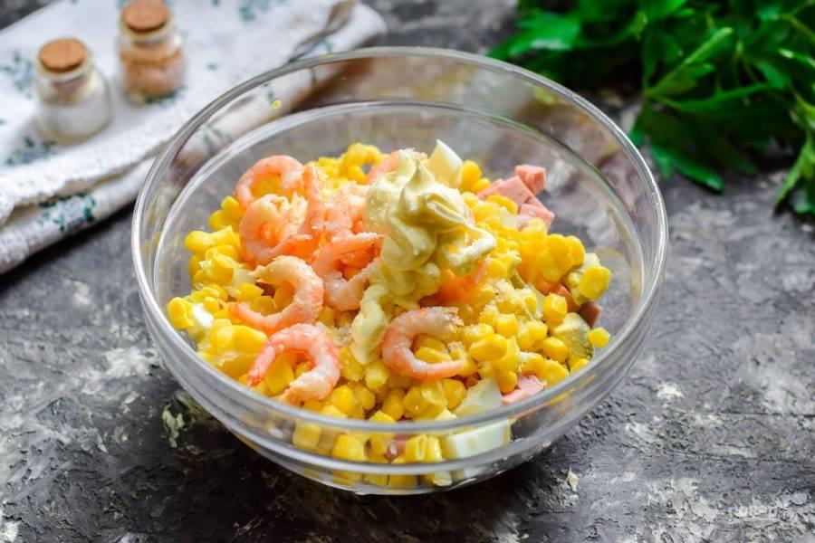 Заправьте салат майонезом, солью и перцем, перемешайте все и подавайте салат к столу.