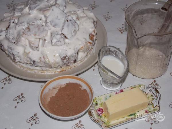 Кусочки бисквита в креме выкладываем горочкой на коржи. Сверху заливаем кремом, если остался. Берем продукты для глазури.