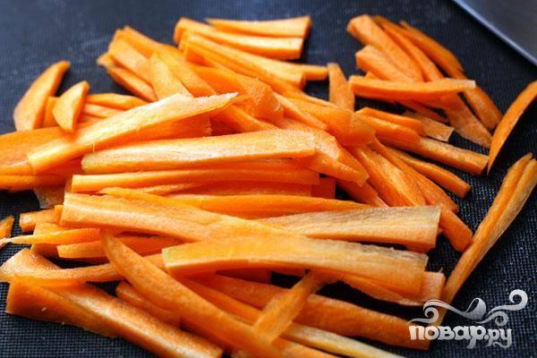 4.Промываем морковь и очищаем ее. Нарезаем тоненькой соломкой и добавляем ее в суп.