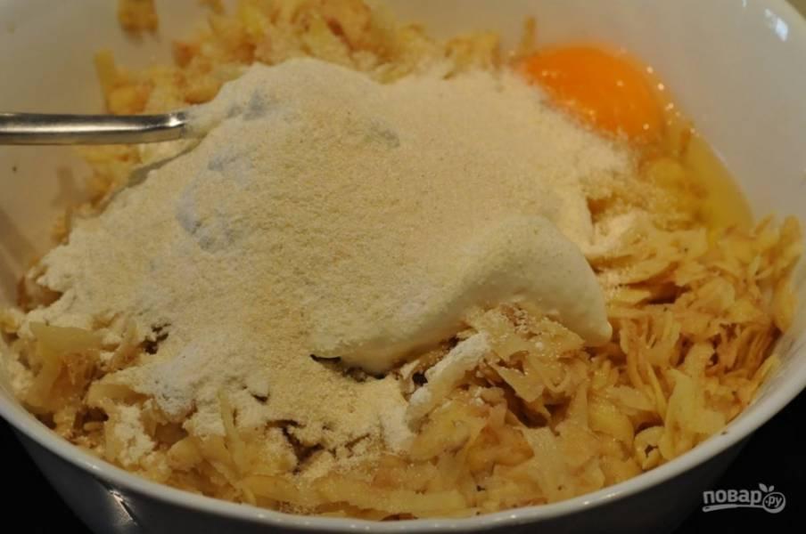Добавьте к натертой картошке муку, манку и вбейте яйцо. Посолите по вкусу, можете добавить перец или любые другие специи. Тщательно все перемешайте.