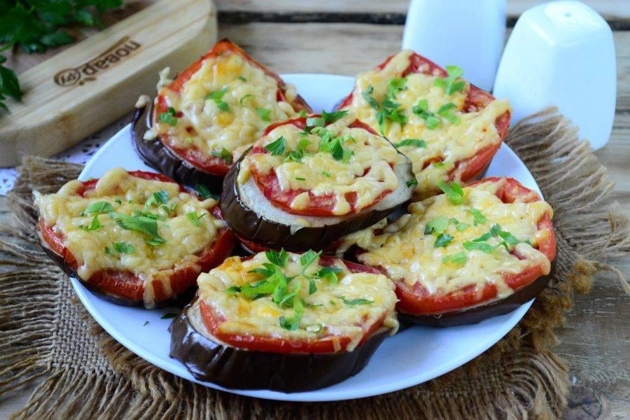 Баклажаны под сыром в духовке готовы. Переложите их на тарелку, украсьте измельченной зеленью. Кушайте с удовольствием!