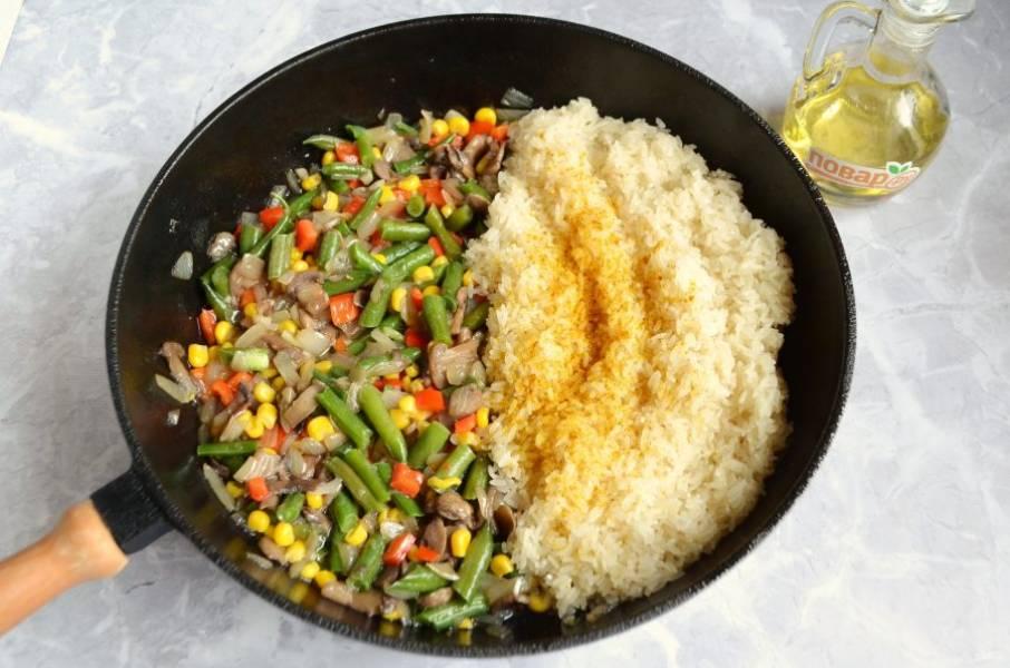 5. Всыпьте в горячее масло рис, положите специи, карри можно заменить тимьяном, перемешивайте и продолжайте готовить на среднем огне.