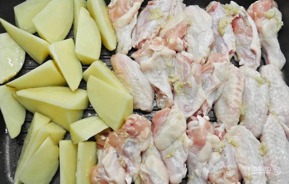 Затем добавьте курицу к картофелю. Запекайте всё вместе ещё 30 минут.